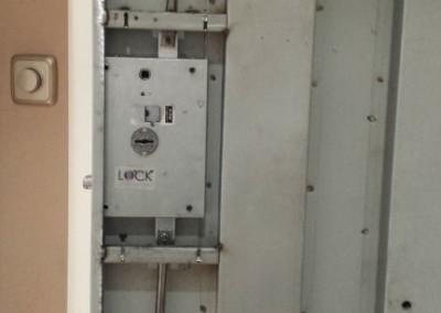 cerradura de gorjas en puerta acorazada