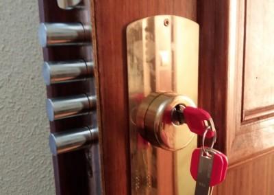 instalacion de bombillo de alta seguridad y escudo de acero