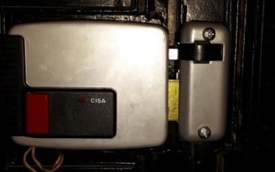 instalacion de cerradura de sobreponer electrica